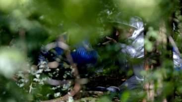 Onderzoek forensisch op lichamen in bos media_xll_2975901
