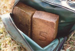 Scan. Archieffoto 4 september 1995. Sporttas als aanknopingspunt. Deze sporttas, verzwaard met stenen, is vanavond te zien in het tv-programma Opsporing Verzocht.. Het is dezelfde die begin augusts in het Peizerdiep in Roderwolde werd aangetroffen en waarin zich de benen en armen van de vermoorde tippelaarster Antoinette Bont uit Groningen bevonden.