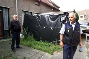 KAMPEN - 20000905. Politiefunctionarissen verrichten huiszoeking in de woning van de 38-jarige man die dinsdagochtend in Kampen werd aangehouden op verdenking van de moord op Maartje Pieck. ANP Foto COPYRIGHT - Martin Hollering