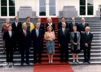 Eerste kabinet Wim Kok bij koningin Beatrix op de trappen van Huis ten Bosch in Den Haag, 22 augustus 1994. Bovenste rij v.l.n.r. Els Borst, J. van Aartsen, A. Jorritsma, Joris Voorhoeve, Margreet de Boer, Hans Weijers, Ad Melkert, Jan Pronk. Onderste rij