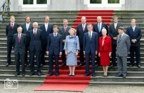 NLD-20020722-DEN HAAG: Koningin Beatrix staat maandag met het nieuwe kabinet Balkenende I op het bordes van Paleis Huis ten Bosch voor de groepsfoto. ANP FOTO/ ED OUDENAARDEN