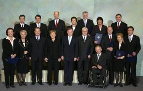 Zum Gruppenbild haben sich die Mitglieder des neuen Bundeskabinetts am Dienstag (22.11.2005) gemeinsam mit Bundespräsident Horst Köhler im Schloss Charlottenburg in Berlin aufgestellt. Auf dem Bild sind zu sehen (vlnr): Bundesentwicklungshilfeministerin Heidi Wieczorek-Zeul (SPD), Bundeskanzleramtsminister Thomas de Maiziere (CDU), Bundesbildungsministerin Annette Schavan (CDU), Bundesumweltminister Sigmar Gabriel (SPD), Bundesarbeitsminister Franz Müntefering (SPD), Bundeskanzlerin Angela Merkel (CDU), Bundesverkehrsminister Wolfgang Tiefensee (SPD), Bundespräsident Horst Köhler, Bundesjustizministerin Brigitte Zypries (SPD), Bundesaußenminister Frank-Walter Steinmeier (SPD), Bundesverbraucherschutzminister Horst Seehofer (CSU), Bundesinnenminister Wolfgang Schäuble (CDU), Bundesgesundheitsministerin Ulla Schmidt (SPD), Bundesfinanzminister Peer Steinbrück (SPD), Bundesverteidigungsminister Franz Josef Jung (CDU), Bundesfamilienministerin Ursula von der Leyen (CDU) und Bundeswirtschaftsminister Michael Glos (CSU). Foto: Tim Brakemeier dpa/lbn +++(c) dpa - Report+++