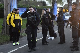 3F2A821B00000578-4402644-Dortmund_s_Marcel_Schmelzer_and_other_players_speak_to_police_of-a-25_1492023744218