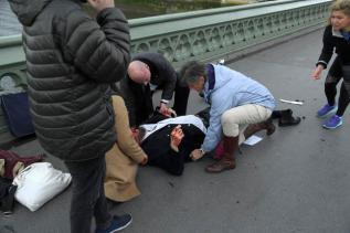 Injured people are assisted after an incident on Westminster Bridge in London, March 22, 2017. REUTERS/Toby Melville - RTX326G6