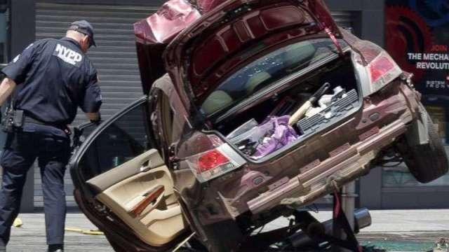 927799404-times-square-car-crash_6