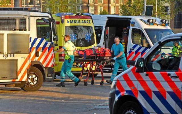 Incident met auto op stationsplein Amsterdam