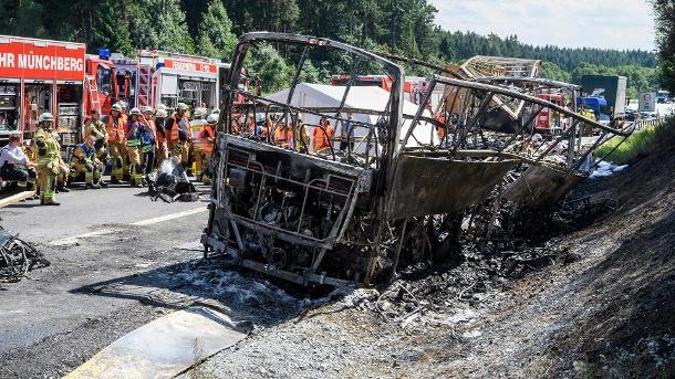 das-wrack-des-verunfallten-reisebusses-steht-an-der-ungluecksstelle-auf-der-autobahn-9-bei-muenchberg-bayern-
