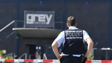 polizist-steht-vor-dem-club-grey-in-konstanz